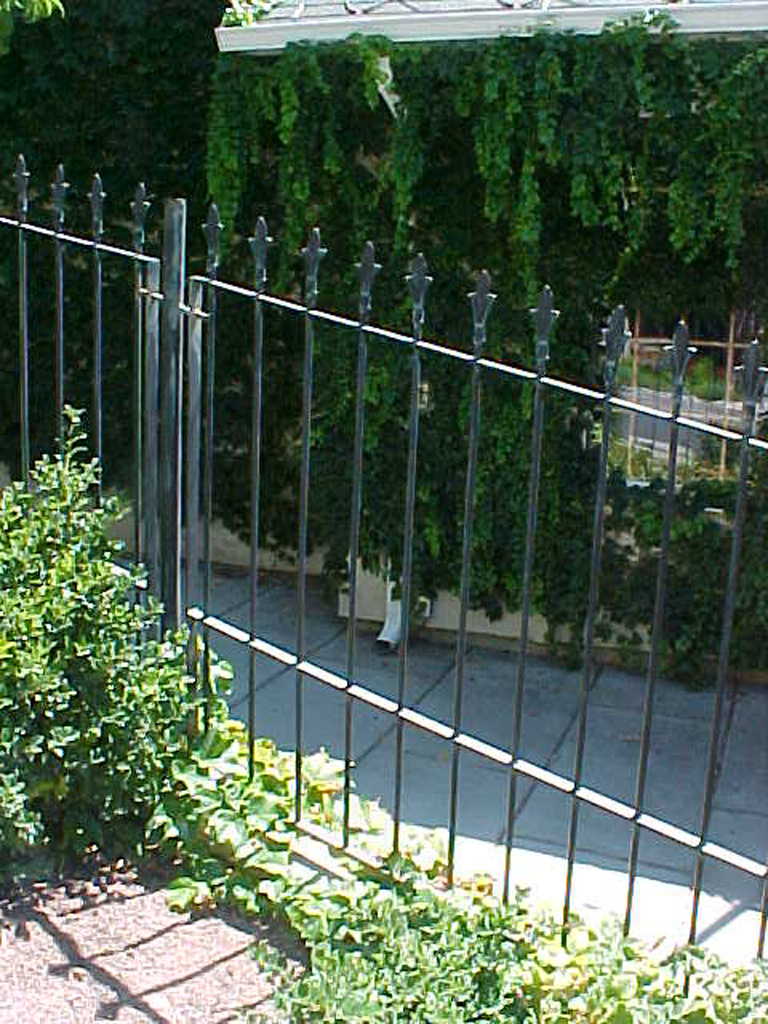 iron-anvil-fences-spear-top-double-rail-spear-keller-fence-with-flat-spear