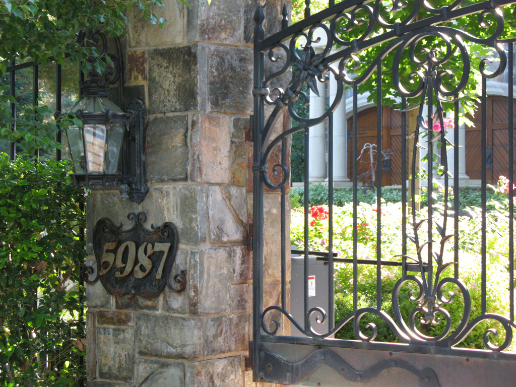 iron-anvil-gates-by-others-driveway-arch-by-safi-2