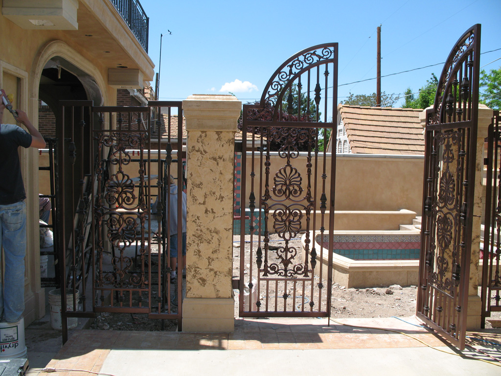 iron-anvil-gates-by-others-driveway-arch-la-brett-job-14197-peter-mousdkondis