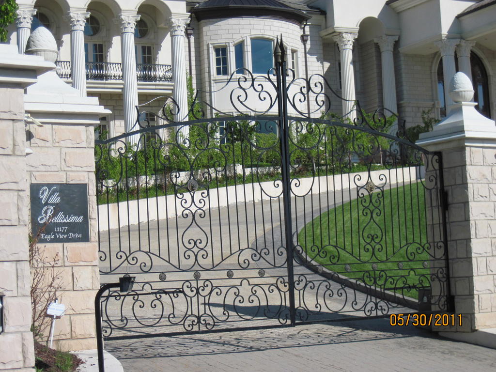 iron-anvil-gates-by-others-driveway-arch-large-home-above-pepperwood