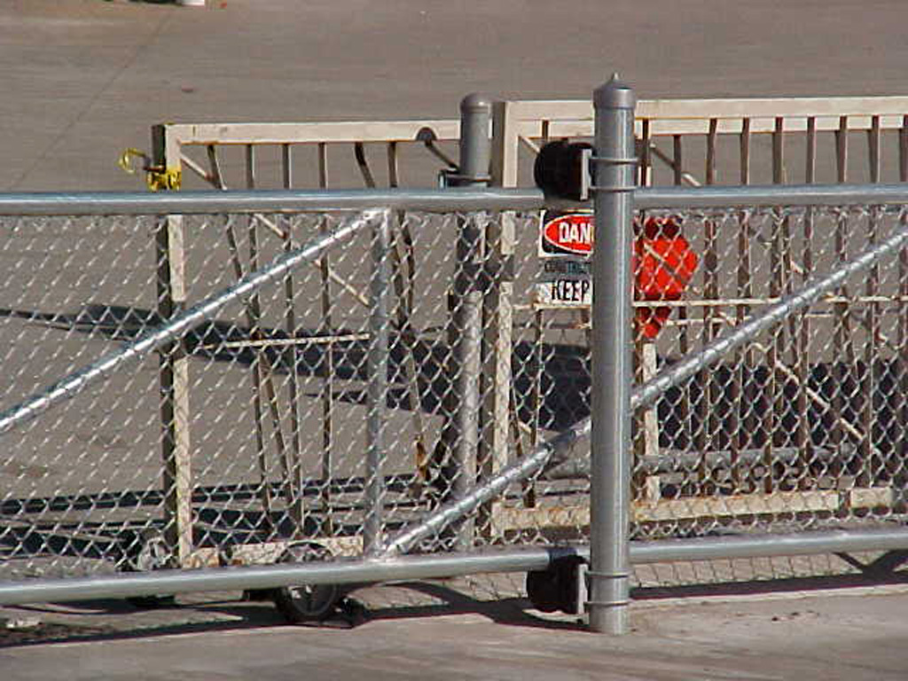 iron-anvil-gates-by-others-driveway-flat-chain-link-01
