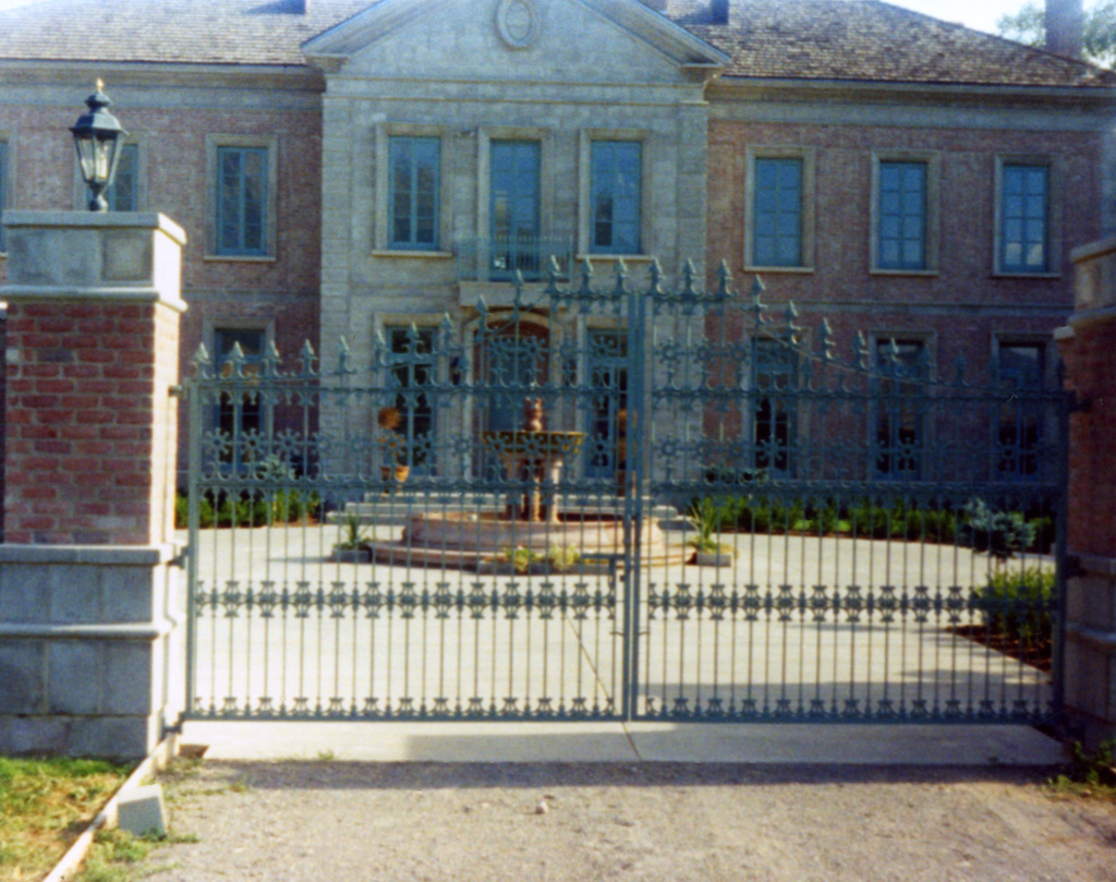 iron-anvil-gates-by-others-driveway-french-castings