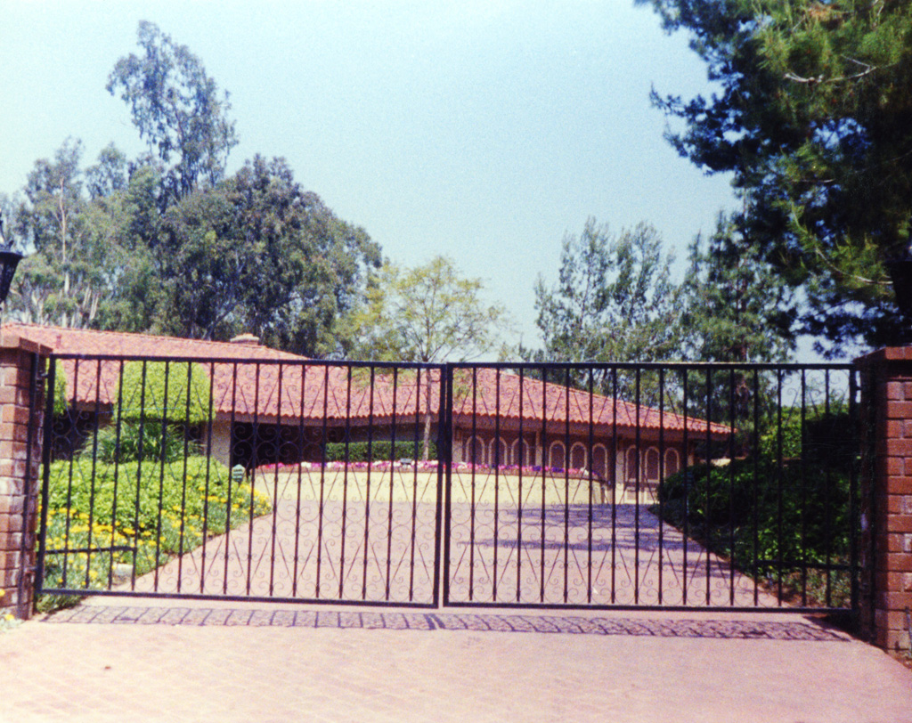 iron-anvil-gates-by-others-driveway-scrolls-a