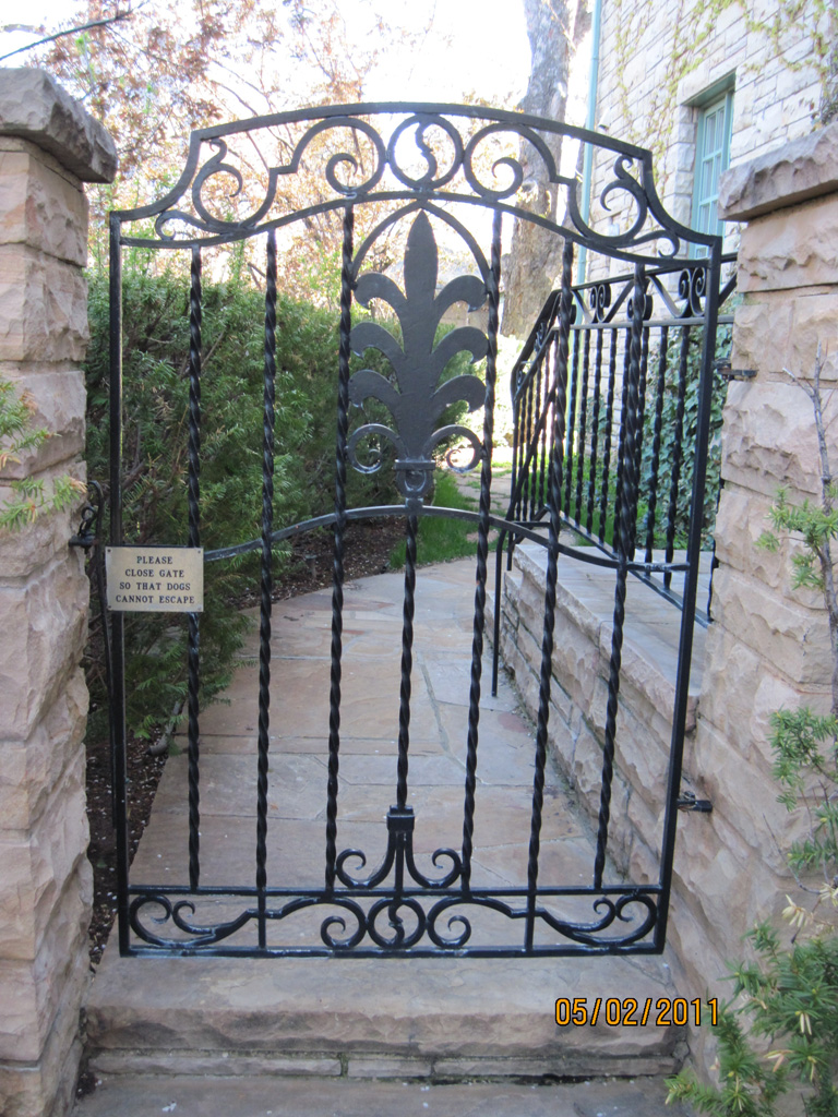 iron-anvil-gates-by-others-man-arch-cowan-scroll-valance
