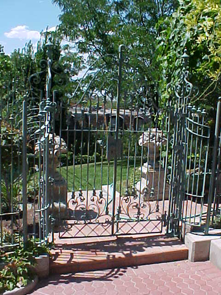 iron-anvil-gates-by-others-man-scroll-built-by-ferris-keller-4