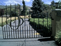 iron-anvil-gates-by-others-driveway-arch-with-lettering