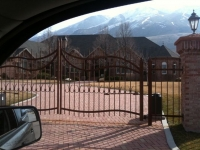 iron-anvil-gates-by-others-driveway-french-with-spears-ball-top