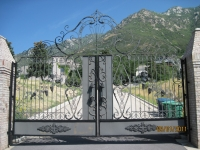 iron-anvil-gates-by-others-driveway-scroll-above-pepperwood