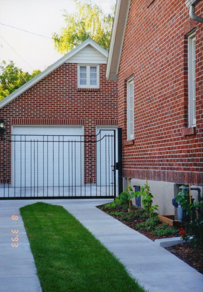 iron-anvil-gates-driveway-concave-yale-or-harvard