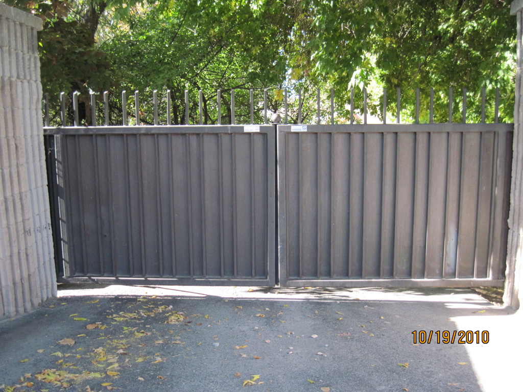 iron-anvil-gates-driveway-flat-top-panel-highland-dr-1