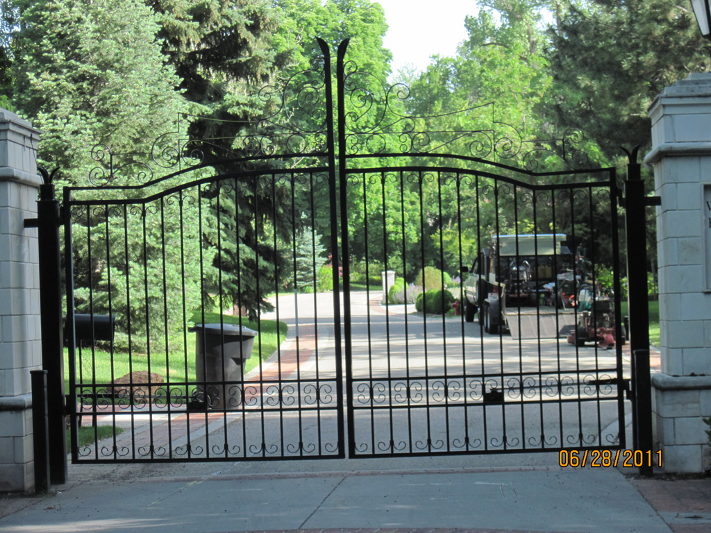 iron-anvil-gates-driveway-french-curve-04