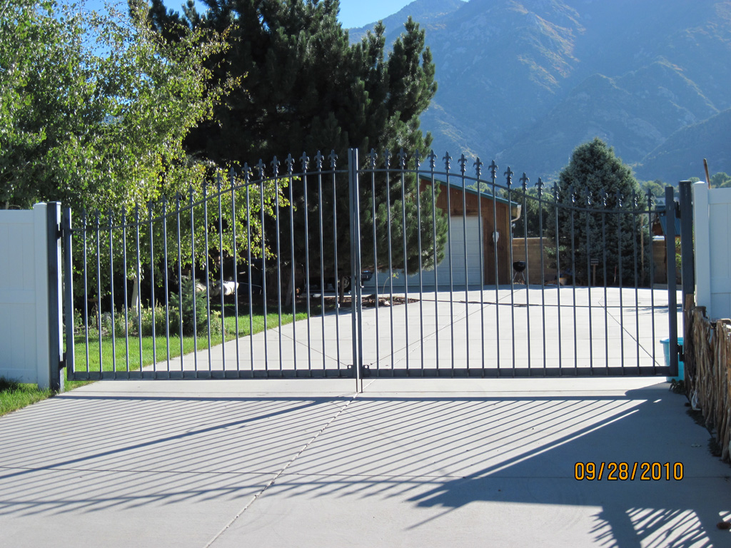 iron-anvil-gates-driveway-french-curve-b