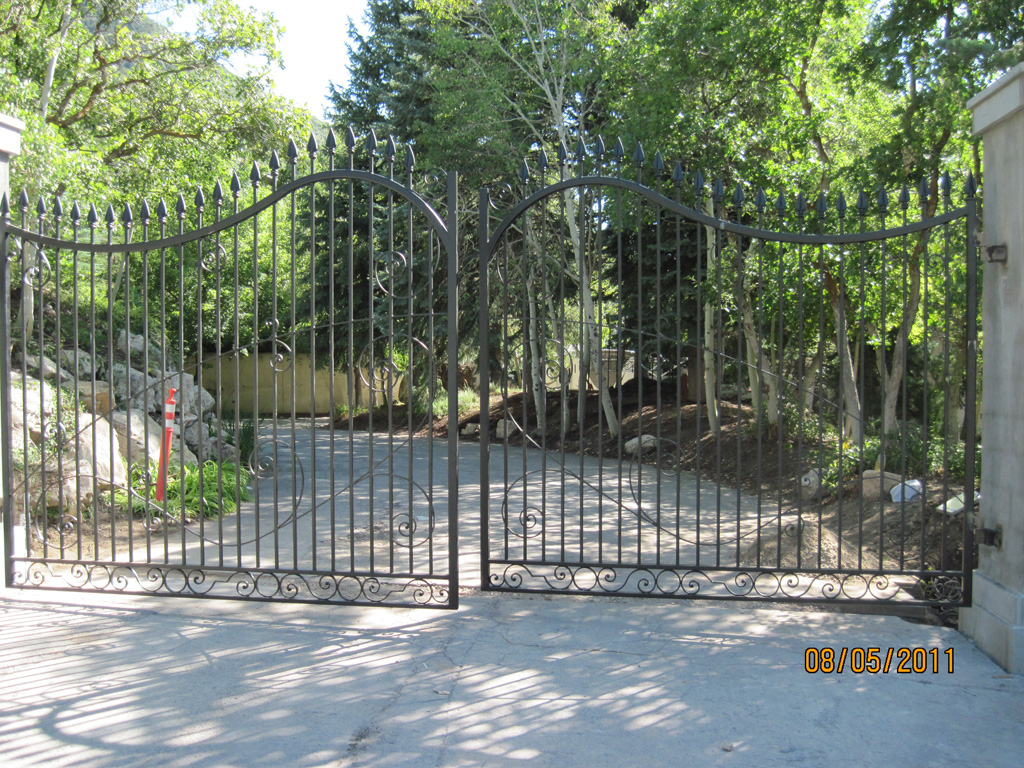 iron-anvil-gates-driveway-french-curve-second-nature-anderer-drive-s-1