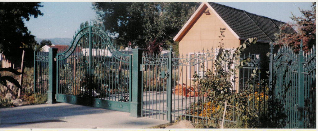 iron-anvil-gates-driveway-french-curve-verns-fence-2