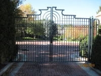 iron-anvil-gates-driveway-french-curve-tall-oaks-watts-00