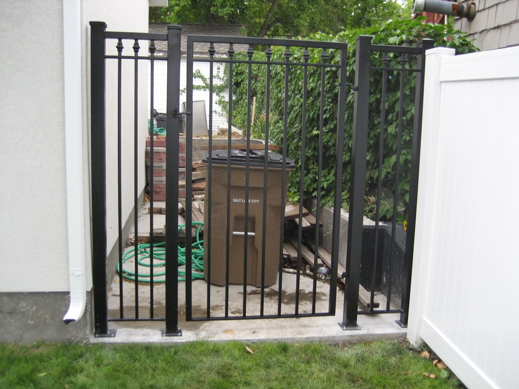 61-0063-Iron-Anvil-Gates-Man-Flat-MEEKS-FENCE-WITH-COLLARS-991-1