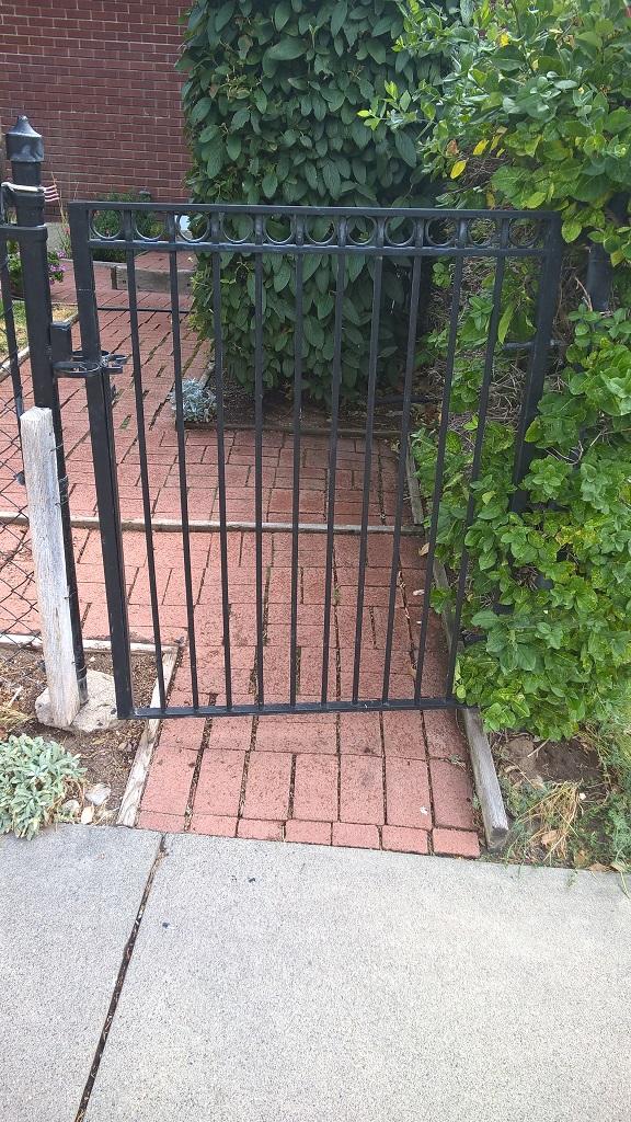 61-0152-Iron-Anvil-Gates-Man-Flat-CALL-19055-CIRCLE-TOP-GATE-1985-599-