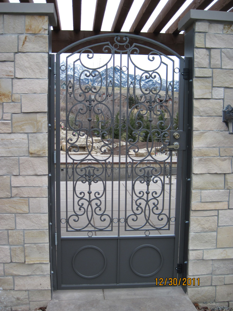 iron-anvil-gates-man-arch-man-stonebrook-tate-10