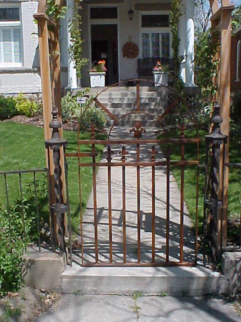iron-anvil-gates-man-arch-repair